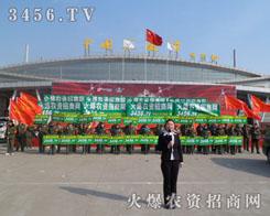 绿军衣、红袖章火爆的队伍像革命